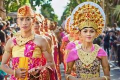 Balinesefolk i traditionella dräkter Royaltyfri Foto