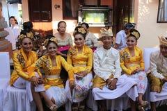 Balinesefolk på ceremonin av Potong Gigi Cutting Teeth, Bali ö, Indonesien arkivbilder