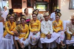 Balinesefolk på ceremonin av Potong Gigi Cutting Teeth, Bali ö, Indonesien arkivfoto