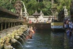 Balinesefolk som ber på Pura Arkivfoton