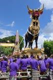 Balinesefolk som deltar i kunglig kremeringceremoni i Ubu royaltyfri foto