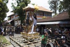 Balinesefolk som förbereder sig för ceremonin av kremeringen som bygger biskopsstoltornet utanför i gatan, Bali ö, Indonesien royaltyfria bilder