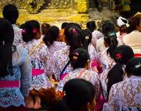 Balinesefrauen, die einem Bad mit Weihwasser einen heiligen Tempel nehmen lizenzfreie stockbilder
