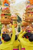 Balinesekvinnor bär rituella offerings på huvud Royaltyfri Bild