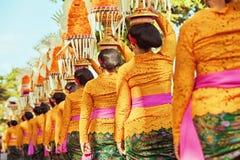 Balinesekvinnor bär rituella offerings på huvud Royaltyfri Fotografi