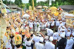 Balineseleute ` s Ritual an Pulasari-` s Tempel Stockbilder