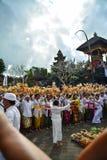 Balineseleute ` s Ritual an Pulasari-` s Tempel Stockfotos