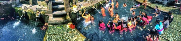 Balineseleute am Wassertempel, Bali Stockbild