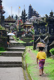 Balineseleuteweg im Trachtenkleid in Pura Besakih Lizenzfreies Stockfoto