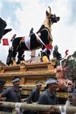 Balinesemän bär den svarta tjursarkofaget under en procession för `-Ngaben `, en kremeringceremoni på Ubud, Bali, 2nd mars 2018 arkivbilder