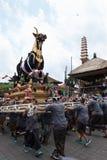 Balinesemän bär den svarta tjursarkofaget under en procession för `-Ngaben `, en kremeringceremoni på Ubud, Bali, 2nd mars 2018 fotografering för bildbyråer