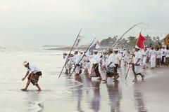 Balinesemän under den årliga ceremonin av rening Melasti Royaltyfria Foton