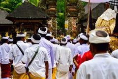 Balinesemänner, die einem Bad mit Weihwasser einen heiligen Tempel nehmen stockbilder