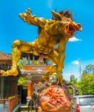 Balinesemonster Ogoh auf blauem Hintergrund stockfoto