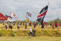 Balinesepojkespring i väg från fallande drake Fotografering för Bildbyråer