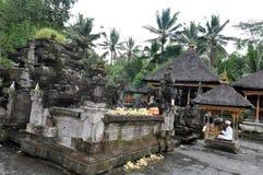 Balinesepriester, der an tampaksiring Tempel amtiert Lizenzfreies Stockbild