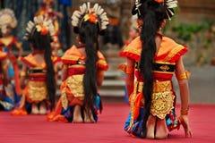 Balinesetänzermädchen im traditionellen Sarongkostüm, das Legong tanzt, tanzen Stockfoto