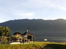 Balinesetempel, sjö Beratan, Indonesien Arkivfoton