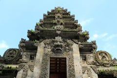 Balinesetempeleingang mit dem verwickelten Steinschnitzen Lizenzfreies Stockfoto