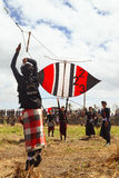 Balinesetonåringar lanserar en stor färgrik drake Arkivbilder
