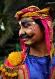 Balinesevakt med den målade framsidan och i traditionell dräkt fotografering för bildbyråer