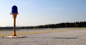 Balisage du bord de piste d'aéroport Image libre de droits
