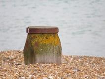 Balise de plage sur des cailloux et des coquilles Image libre de droits