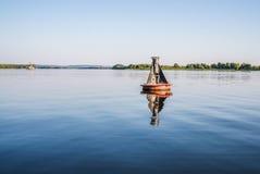 Balise de rivière L'élément de la navigation de rivière des navires Distances d'indicateur et directions du mouvement image libre de droits