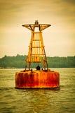 Balise en métal sur la mer Image libre de droits
