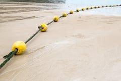 Balise et corde jaunes Photographie stock