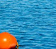 Balise et eau bleue de lac Bolsena Viterbe Italie Images libres de droits