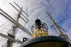 Balise et mâts d'un bateau de navigation Photographie stock
