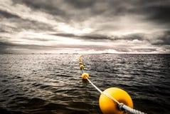 Balise jaune d'océan en Bretagne photographie stock libre de droits