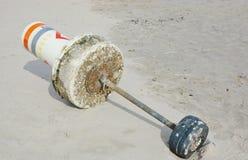 Balise marine imposée par des vagues au rivage Photographie stock libre de droits