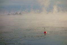 Balise rouge en mer baltique de congélation à Helsinki, Finlande Photo libre de droits