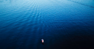 Balise rouge sur l'eau bleue Image libre de droits
