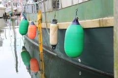 Balises colorées dans le port de bateau de Pétersbourg Alaska Image stock
