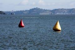 Balises de emballage provisoires rouges et jaunes sur la baie Images libres de droits