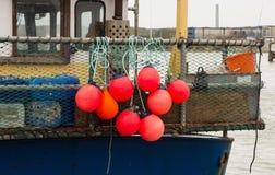 Balises de flottaison sur le bateau de pêche photo stock