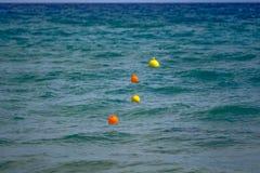 Balises multicolores en mer en Grèce photographie stock