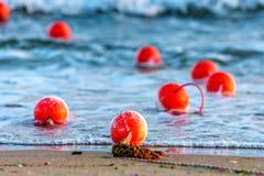 Balises nautiques dans la fin d'eau de mer  photographie stock