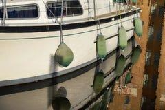 Balises vertes d'amortisseur sur le bateau Photos stock