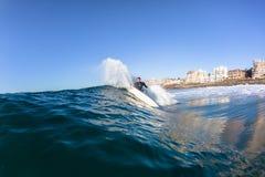 Balito-bahía del agua de la acción de la onda de la persona que practica surf Imagen de archivo libre de regalías