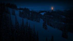 Baliza do fogo nas montanhas na noite ilustração do vetor
