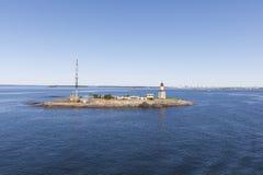 Baliza e torre de comunicação em uma ilha Imagem de Stock