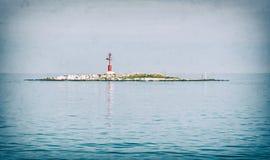 Baliza leve na ilha pequena, filtro análogo imagens de stock
