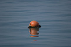 Baliza vermelha da bóia em um mar azul Imagem de Stock Royalty Free