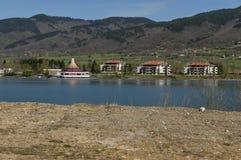 Balkan-Berg, wieder hergestelltes Praveshki-hanove und See Stockbilder