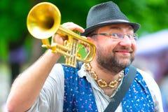 Balkan de windmusicus van de bandstraat met zijn trompet royalty-vrije stock fotografie