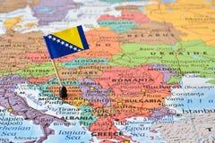 Balkan-Halbinsel, -karte und -flagge von Bosnien und Herzegowina stockbild